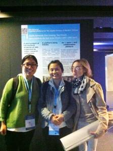 Liuying, Xinxin et Cécile devant le poster IAO Scholar à Marseille