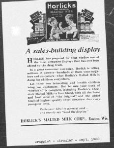 V12. A sales building display. Druggist's Circular, Septembre 1928. Le medium (revue spécialisée pour les pharmaciens) et le discours (promesses d'affichages en vitrine) destinent cette publicité aux distributeurs plutôt qu'à la masse des consommateurs. Comme dans la campagne pour Childlife magazine, le recours au child appeal participe à l'émergence d'un marché de l'enfance.